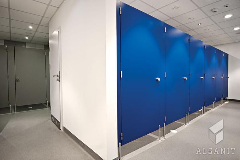 kabiny sanitarne z hpl czy z płyty wiórowej