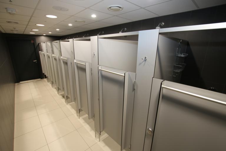 Kabiny prysznicowe z drzwiami uchylnymi