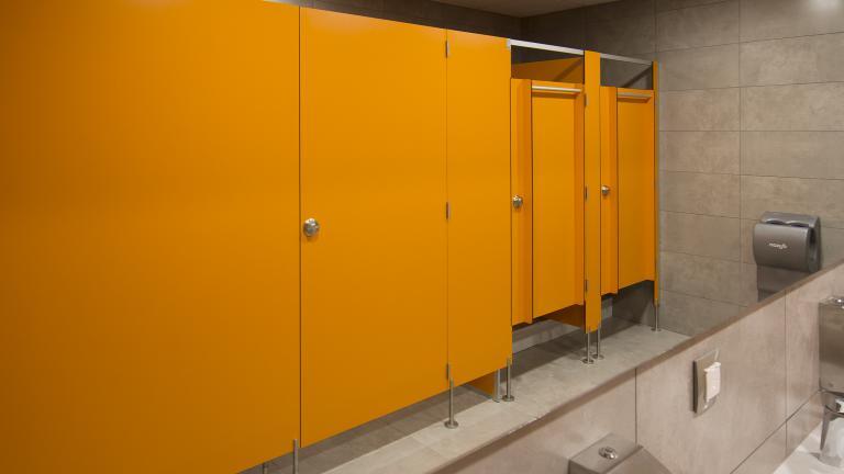 Kabiny systemowe z drzwiami uchylnymi